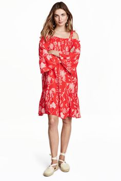 Off-Shoulder-Kleid: Knielanges, schulterfreies Kleid aus Viskosestoff. Modell mit 3/4-langen Ärmeln und schmalen, verstellbaren…