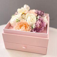 Egy gyönyörú tartós selyemvirág doboz kihúzható fiókkal, akit meglepsz vele bármikor ránéz, akkor erről is Te fogsz azonnal eszébe jutni és a fiókba még egy plusz ajándékot is elrejthetsz, ahol később aki kapja is tárolhatja a kincseit. A virágdoboz mérete 17×17 cm, rajta egy átlátszó tetővel. Megbízható virágküldés Budapesten – csakis a BREE virággal! Minion, Minions