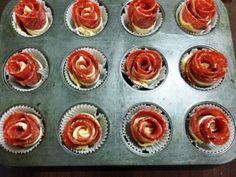 Trandafiri din foietaj cu bacon Finger Food Appetizers, Finger Foods, Appetizer Recipes, Tapas, Bacon, Mini Cupcakes, Food Videos, Muffin, Goodies