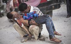 Um homem sírio chora com o corpo de seu filho, morto pelo Exército sírio, em Aleppo, na Síria, no dia 3 de outubro de 2012.