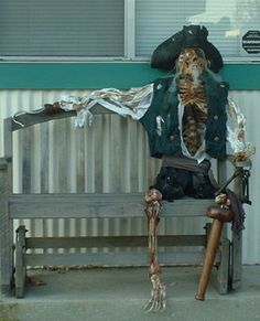 Halloween pirate to greet your guests. Pirate Halloween Party, Halloween 2016, Halloween Skeletons, Halloween Projects, Halloween Cosplay, Halloween Cards, Holidays Halloween, Halloween Themes, Pirate Decor