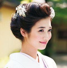大正時代に令嬢の間で人気を集めた前髪を張りだした庇髪(ひさしがみ)を、ぐっと小ぶりにアレンジ。縦に流れる優美な藤の引き振袖に合わせて、藤の花をかたどった簪でノーブルな足し算を。 Japanese Beauty, Asian Beauty, Bridal Makeup, Bridal Hair, Japanese Kimono Dress, Wedding Kimono, Japanese Wedding, Hair Arrange, Japanese Hairstyle