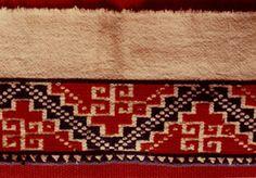 arte textil purepecha ricardoreyesarte...Michoacán  Purépechas  De raíces prehispánicas, el textil michoacano se ha enriquecido por bordados y lienzos realizados en el telar de pedal de la época colonial. Sus obras de arte, de algodón, lana y articela, son la quintaesencia de tribus como los purépechas.  En la actualidad, se han rescatado métodos tradicionales, como con una ornamentación de plumaje incrustado en el rapacejo, desarrollando nuevas propuestas con bordados de historias costumb