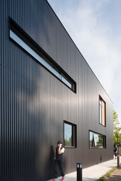 Steel facade gives glass in the modern house in Toronto - TACT architecture and .Steel facade gives glass to modern Toronto home - TACT Architecture and Design has shared photos and information about Heathdale Residence, House Cladding, Metal Cladding, Metal Siding, Exterior Cladding, Facade House, Concrete Cladding, Black Cladding, Exterior Paint, Black Building