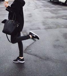 全身ブラックのスタイルに、ナイキの真っ白なスウォッシュが印象的!