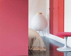Déridez le blanc avec des nuances de rouge riche et soutenu. Amusez-vous avec les nuances de rouge soutenu dans cette chambre. Soulignez les couleurs avec un blanc pur pour un look contemporain et vivant.