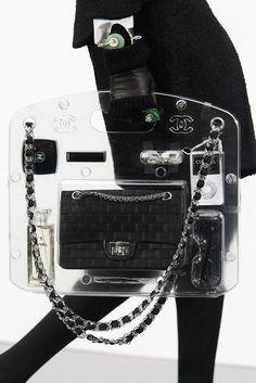 Le cabas en plexiglass du défilé Chanel automne-hiver 2009-2010 - Purses,(tote)bags, clutches