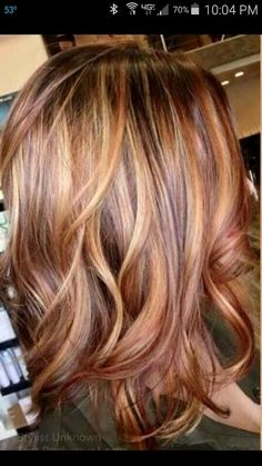 Auburn hair color is a staple fashion statement for hairstyle trend during fall season. Below, we have many ideas for auburn hair color ideas to guide you. Hair Color Auburn, Hair Color Highlights, Carmel Blonde Highlights, Carmel Hair Color, Strawberry Highlights, Red Hair With Blonde Highlights, Red Streaks, Golden Highlights, Hair Color And Cut