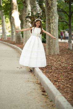 Niña con traje de comunion en el parque del Retiro