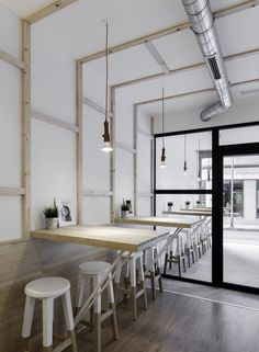 Белые стены в кафе