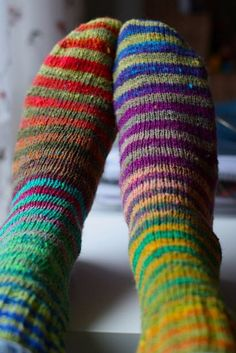 stripy socks, I'd like to know how to do stripes well, without the awkward spots where yarn changes. Diy Tricot Crochet, Crochet Socks, Knitting Socks, Hand Knitting, Knitting Patterns, Wool Socks, My Socks, Santas Letter, Crazy Socks