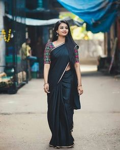 Best 12 Shop Ultra Stylish Designer Sarees Here – SkillOfKing. Simple Sarees, Trendy Sarees, Stylish Sarees, Fancy Sarees, Kerala Saree Blouse Designs, Saree Models, Blouse Models, Saree Trends, Fancy Blouse Designs