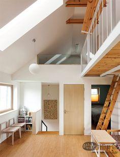 부산에 사는 건축 사진가 이인미 씨 가족은 1년 반 전 동래구 수안동에 작은 집을 지었다. 한적한 골목길을 들어서자마자 눈에 띄는 길쭉하고 뾰족한 삼각 지붕 집. 대지 면적 103㎡(31평), 건축 면적 59.85㎡(18평), 3층 구조로 1층은 남편 김철진 씨의 출판사, 2층은 사진 작업실(다목적실)과 주방, 3층은 네 식구의 주거 공간이다. 땅 찾기부터 완공까지 1년을 살아본 사람들의 리얼 코멘트.
