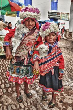 Duet of peruvian little girls with traditional dress by Yasmine DG, via ﻬஐღ Precious Children, Beautiful Children, Beautiful Babies, Beautiful People, Kids Around The World, We Are The World, People Of The World, Little Girl Photos, Little Girls