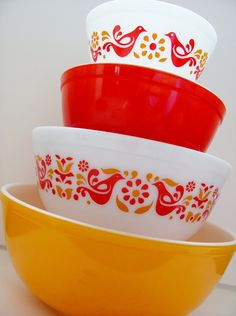 Still searching for that orange bastard. Hd Vintage, Vintage Bowls, Vintage Pyrex, Vintage Dishes, Vintage Stuff, Orange Bowl, Red Bowl, Vintage Kitchen Accessories, Pyrex Mixing Bowls
