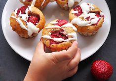 Brioșe cu iaurt și căpșuni (fără zahăr) Cheesecake, Muffin, Breakfast, Desserts, Food, Design, Banana, Tailgate Desserts, Meal