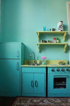 ana white plans play kitchen set with shelves frickin love it :) can i do it in time for christmas or birthday? Diy Kids Kitchen, Kitchen Sets For Kids, Kitchen Decor, Wabi Sabi, Green Kitchen, Turquoise Kitchen, Kitchen Walls, Kids Wood, Herd