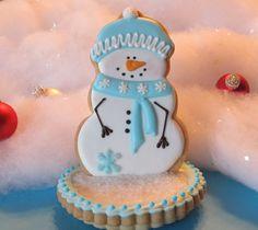 Iced snowman sugar cookies on top of iced sugar cookies. Christmas Biscuits, Christmas Sugar Cookies, Christmas Sweets, Holiday Cookies, Christmas Candy, Christmas Baking, Christmas Tea, Christmas Snowman, Fancy Cookies