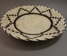 Basket - Tohono O'Odham Closed Stitch Plaque made of yucca and devil's claw by Julia Lewis (Tohono O'Odham) American Indian Art, American Indians, Native American, Indian Crafts, Craft Shop, Woodworking Ideas, Craft Items, Design Crafts, Decorative Bowls