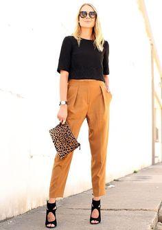 Como ser mais estilosa no trabalho sem sair do dress code. Inspire-se com esse look cropped com calça cintura alta e clutch de animal print.