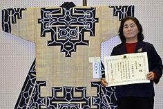 平取町の川奈野さんに知事賞 オヒョウの皮で織物 アイヌ工芸展 (2015年 2/10)最優秀賞に輝いた川奈野さんと作品アットゥシ