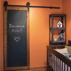 Porte de grange coulissante avec un tableau noir pour un chambre d'enfant! C'est oui :)  Sliding barn door with a black board for the children. Really cool :)