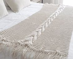 Manta DEAN Knitted Afghans, Knitted Blankets, Crochet Hooks, Knit Crochet, Super Chunky Wool, Bed Runner, Arm Knitting, Diy Bed, Knitting Projects