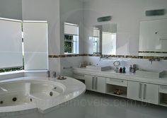 Destaque para o toalete da suíte master, que possui dimensões de uma verdadeira sala de banho e foi equipada com banheira de hidromassagem e pias independentes para senhor e senhora.
