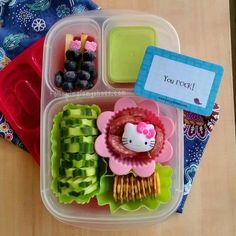 My little girl would LOVE this so much! (First Hello Kitty lunch of the new school year! Stored in an Easy Lunch Boxes, Box Lunches, Bento Box Lunch, Lunch Snacks, Lunches And Dinners, Lunch Ideas, Healthy School Lunches, Healthy Snacks, Bento Tutorial