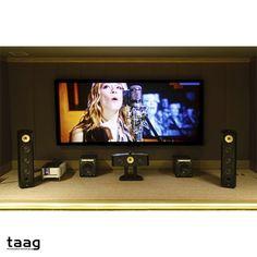 Um home theather com um sistema de som espetacular. Imagine na sua casa.