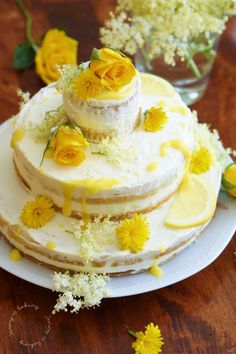 Elderflower-lemon wedding cake like Meghan & Harry, the mini version consists of lemon cake bases, lemon cream and cream / mascarpone, which was sweetened with elderflower syrup cake Big Cakes, Poke Cakes, Lava Cakes, Fancy Cakes, Cupcake Cakes, Cupcakes, Lemon Wedding Cakes, Fancy Wedding Cakes, Fudge Cake