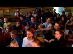 W piątek w naszej szkole odbyło się nocne spotkanie z wróżką Poczytuszką. Przyszliśmy do szkoły o godzinie 19:00 a następnego dnia o godzinie 9:00 rozeszliśmy się do domów. Rozlokowaliśmy się ze śpiworami w salach dla maluchów. Na rozgrzewkę nauczyliśmy się piosenki o Świętym Mikołaju. Szło nam świetnie!