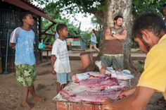 Corn Islands, des îles paradisiaques au Nicaragua (Detour Local) -> Notre assitant-capitaine avec la prise du jour www.detourlocal.com/corn-islands-des-iles-paradisiaques-au-nicaragua/