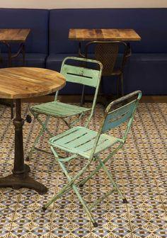 fs-muebles-sillas-antiguas-en-cafe&tapas Tapas Restaurant, Barcelona Bars, Estilo Retro, Industrial, Outdoor Furniture Sets, Outdoor Decor, Vintage Chairs, Coffee Shop, Designer