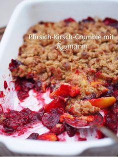 Leckeres streuseliges Dessert mit einem würzigen Twist: Pfirsich-Kirsch-Crumble mit Rosmarin. | Rezept auf www.sarahs-greenfield.blogspot.com
