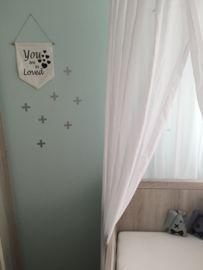 Deze ;mooie ;zilverkleurige kruisje ;muurstickers staan prachtig op een gekleurde muur!Door deze muurstickers heb je binnen een paar minuten een compleet andere kamer gecre