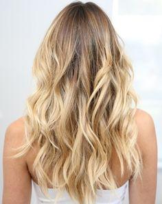 balayage californien, débardeur blanc, coiffure femme, meches blondes, racines brunes, cheveux bouclés