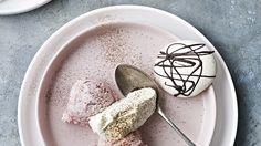 Jordbæris med kaffestøv og mandelmarengs - BO BEDRE