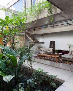 """7,093 curtidas, 20 comentários - CASA CLAUDIA (@revistacasaclaudia) no Instagram: """"A Casa nos Jardins, do escritório @cr2arquitetura, possui um jardim interno que se integra às áreas…"""""""
