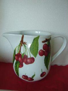 Einzigartiger Krug aus Porzellan mit saftig prallen Kirschen!   Ideal für Saft, Milch, Tee, als Blumenvase oder auch ohne Inhalt ein wahrer Blickfang!