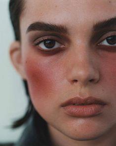Chanel - Les 4 Ombres 'Candeur et Expérience'. Joues Contraste 'Rouge Profond'. Rouge Allure 'Rouge Ingénue'. Beauty Care, Raw Beauty, Clean Beauty, Beauty Make Up, Makeup Trends, Beauty Trends, Hair Trends, Makeup Inspo, Face Makeup