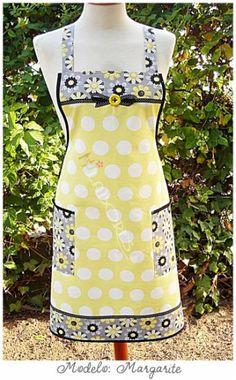 Diseño exclusivo de HJ Labores. Hecho de forma artesanal. Fondo amarillo limón con lunares y combinado en un bonito estampado de margaritas a juego.