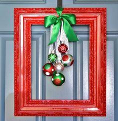 une couronne de porte originale - un cadre tableau rouge et des boules en vert et rouge