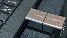 Questa chiavetta, come il nome lascia facilmente intendere, ha una capacità di archiviazione pari a ben 1 Terabyte. Di fatto si tratta di una soluzione SSD capace di una velocità di scrittura dati pari a 240 Mbytes al secondo, dato che in lettura scende sino a circa 160 Mbytes al secondo