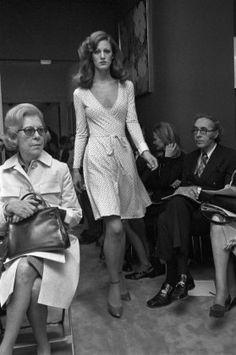 dvf wrap Diane von Furstenberg's wrapdress The sporty silhouette and bold fabrications made Diane von Furstenberg's wrapdress, introduced in an instant hit. Moda Fashion, 70s Fashion, Fashion History, Fashion Dresses, Vintage Fashion, Fashion Basics, Cheap Fashion, Fashion Women, 70s Outfits