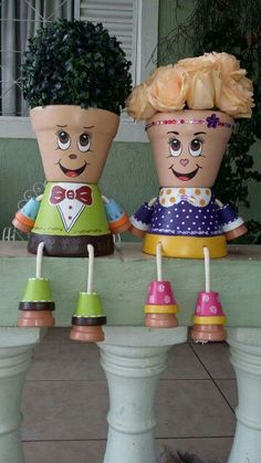 A courting couple of flower pots Clay Pot Projects, Clay Pot Crafts, Diy Clay, Crafts To Make, Diy Crafts, Flower Pot Art, Clay Flower Pots, Flower Pot Crafts, Flower Pot People