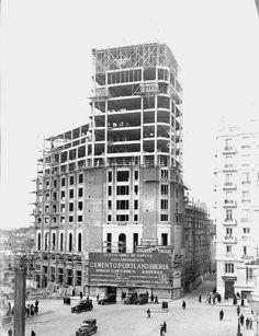 Palacio de la prensa durante su construcción, 1925. Foto Madrid, Urban Setting, Commercial Architecture, Space Architecture, Under Construction, Old Pictures, Vintage Images, Spain, Photos