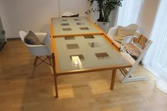 wunderschöner Esstisch, Gestell aus massiver Buche mit satiniertem Glasplatten, Länge 1,20 Meter, Tiefe 0,90 Meter - super einfach ausziehbar auf 2,40 Meter. ehemaliger Neupreis lag bei 470 €
