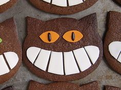 Chocolate shortbread cat with grin Halloween Food For Party, Halloween Cookies, Halloween Cat, Cheshire Cat Cake, Candy Bar Party, Alice Tea Party, Cat Cookies, Food Carving, Food Humor