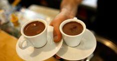 Η καφεΐνη είναι ένα φυσικό διεγερτικό που υπάρχει σε διάφορες τροφές, ποτά και άλλα προϊόντα. Είναι γνωστή για την ιδιότητά της να φέρνει και να διατηρεί σ